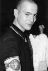Auch unter den DVU-AnhängerInnen sind Skinheads - wie dieser hier, der bei der DVU-Veranstaltung in der Passauer Nibelungenhalle 1998 stolz seine Tätowierung präsentierte.
