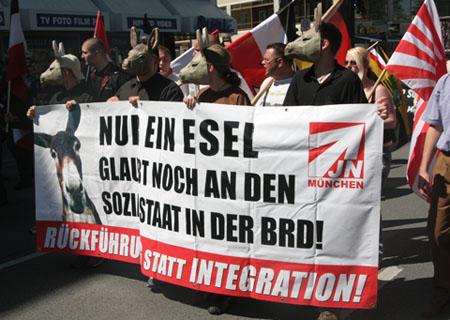 Front-Transparent NPD-Aufmarsch