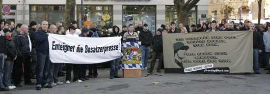 Auftaktkundgebung des Neonazi-Aufmarschs am 15.11.2008 in München