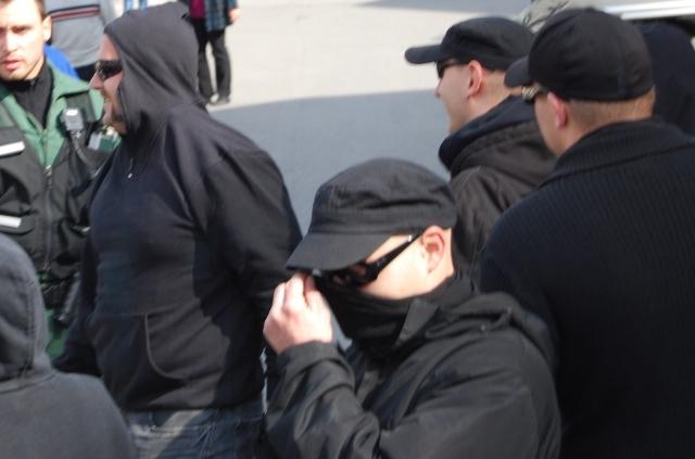 Neonazi-Angriff. Karl-Heinz Statzberger vermummt sich.  Foto:Robert Andreasch