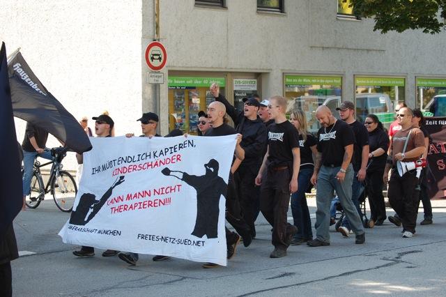 Karl-Heinz Statzberger li. und Thomas Schatt 2. Reihe re. bei Aufmarsch in Deggendorf  Foto: Jan Nowak
