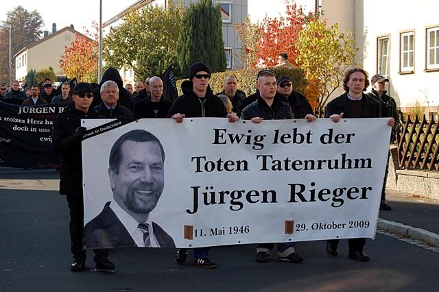 Neonazis in Wunsiedel beim zweiten Gedenkmarsch zu Ehren Jürgen Riegers (2010)