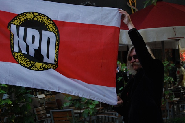 Volker Knetsch mit NPD-Fahne. Bild: Robert Andreasch