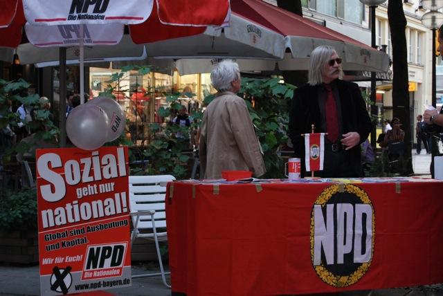 Volker Knetsch betreut NPD-Infostand im September 2009.  Bild: Robert Andreasch