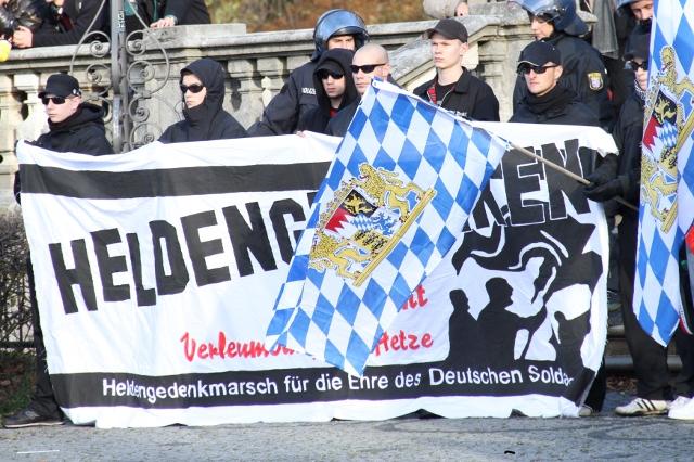 Das Fronttransparent verherrlicht die NS-Wehrmacht. Foto: Zacharias O. Gross