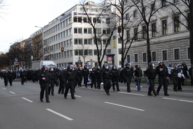 Der Marsch hat dank der antifaschistischen Proteste kaum Außenwirkung.  Foto: Zacharias O. Gross