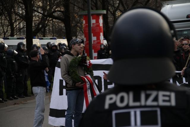 Neonazis und Polizeigroßaufgebot.  Foto: Zacharias O. Gross