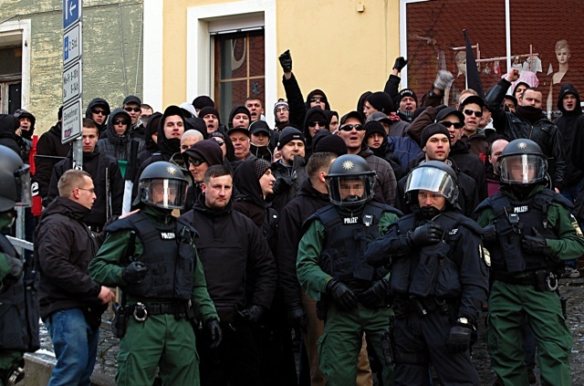 Mackerposen der Neonazis vor dem linken Jugendclub.  Bild: Jan Nowak