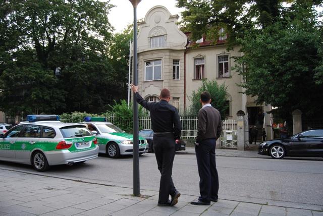 Kubitschek (l.) und Lehnert vom IfS vor dem Haus der Danubia