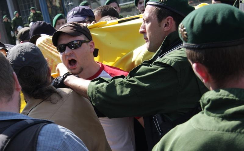 Peter Rausch aggressiv bei Neonaziaufmarsch in München.  Foto: Zacharias O. Gross