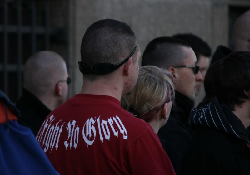 No Fight - No Glory. Peter Rausch in gewaltverherrlichendem T-Shirt bei Neonaziaufmarsch in Augsburg Foto: Robert Andreasch
