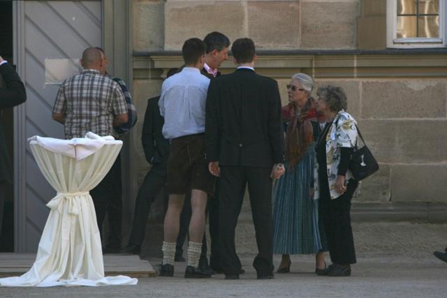 Hans-Ulrich Kopp (m.) und andere Teilnehmer_innen im Schlosshof.  Foto: Robert Andreasch