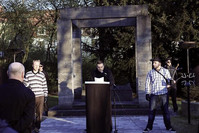 Zwischenkundgebung am militaristischen Kriegerdenkmal.  Foto: Jan Nowak