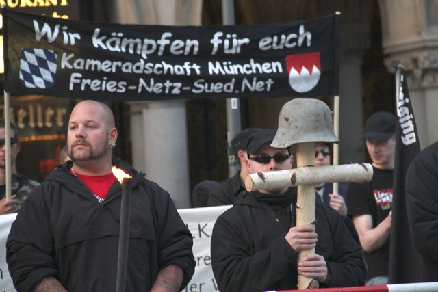 Karl-Heinz Statzberger (m.) und Thomas Schatt (hinten r.).  Foto: Zacharias O. Gross
