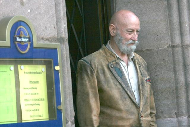 Karl-Heinz Hoffmann schaut aus der Eckkneipe. Foto: Robert-Andreasch
