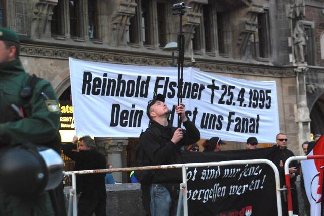 Kai Zimmermann filmt Gegendemonstrant_innen.  München, 25. April 2011.  Foto: Robert Andreasch