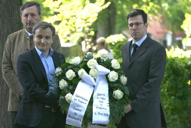 Kranzträger rechts: Erik Lehnert vom 'Institut für Staatspolitik'.  Foto: Robert Andreasch