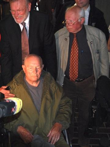 Der aus der U-Haft entlassene Demjanjuk und seine Verteidiger Busch (l.) und Maul (r.).  Foto: Robert Andreasch