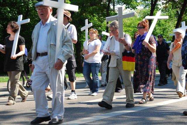 Teilnehmer_innen am '1000-Kreuze'-Aufmarsch.  Foto: Robert Andreasch