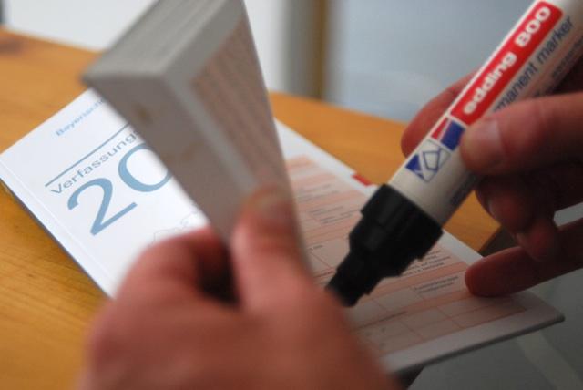 Der bayerische Verfassungsschutzbericht für das Jahr 2009 muss geschwärzt werden. Foto: a.i.d.a.