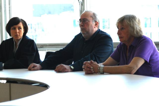 Die Rechtsanwältin Judith Wolter mit Hans-Gerd Wiechmann und Ingeborg Lobocki. Foto: Robert Andreasch