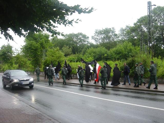 Die 14 Teilnehmer_innen des Neonazi-Aufmarsches in Freising.