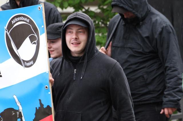 FNS-Kader Karl-Heinz Statzberger trägt das Transparent des neonazistischen 'Aktionsbund Freising'.