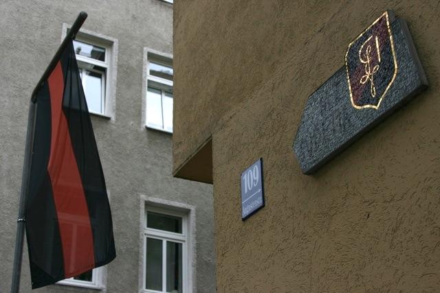 Sudetendeutsche Fahne am Haus der Münchner Burschenschaften 'Elektra Teplitz' und 'Sudetia'. Foto: a.i.d.a.