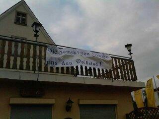 Neonazitransparent, aufgehängt an einem Balkon über dem Jugendzentrum. Foto: a.i.d.a.