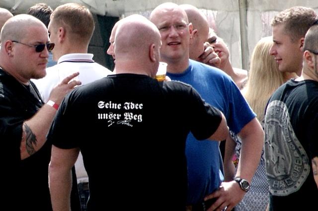 Die Unterschrift Adolf Hitlers auf dem T-Shirt Martin Wieses.  Foto: RA