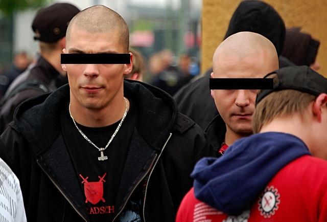 Die Angeklagten Daniel Sch. (l.) und Robert Sch. (r.) beim Neonaziaufmarsch am 1. Mai 2010 in Schweinfurt.  Foto: Jan Nowak