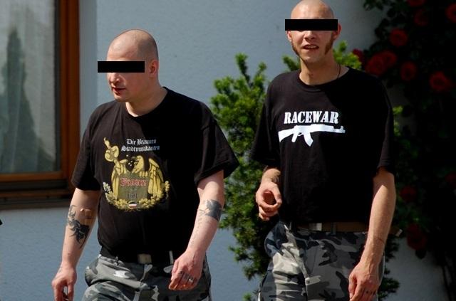 Die Angeklagten Rainer E. (l.) und Manfred B. (r.) nehmen am neonazistischen Festival 'day of friendship' in Buchhofen teil.  Foto: Jan Nowak