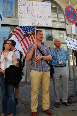 DF-Landesvorsitzender Christian Jung bei der Protestaktion.  Foto: Robert Andreasch