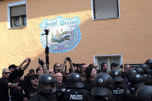 Die führenden Aktivisten des FNS stehen bei den Auseinandersetzungen mit der Polizei ganz vorne.  Foto: Tom Lux