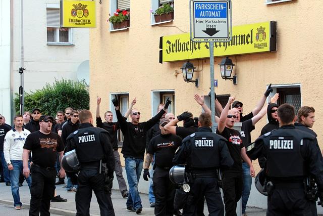 Neonazis, darunter Martin Wiese (l.), vor dem 'Gasthaus Gruber'. Foto: Jan Nowak