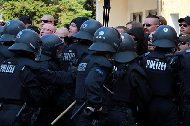 Die Neonazis versuchen gegen die Polizeiketten vorzugehen, werden aber zurückgedrängt.  Foto: Jan Nowak