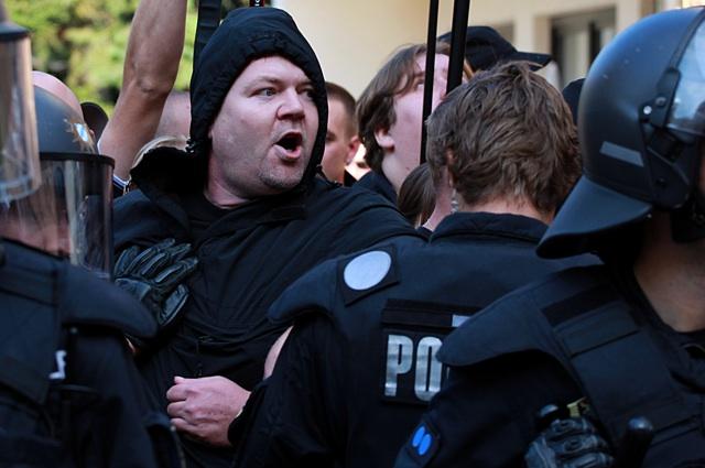 FNS-Führungskader Norman Kempken aus Nürnberg in Auseinandersetzung mit Polizeibeamt_innen.  Foto: Jan Nowak.