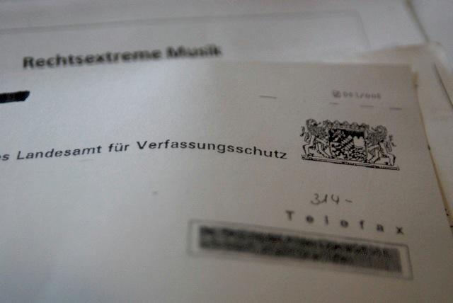 Verfassungsschutzdokumente zur Bildungsarbeit. Foto: a.i.d.a.