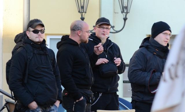 Anti-Antifa-Aktivisten am Rande der Kundgebung, u. a. Kai Zimmermann (l.), Sebastian Schmaus (2.v.r.) und Michael Reinhardt (r.). Foto: Timo Mueller