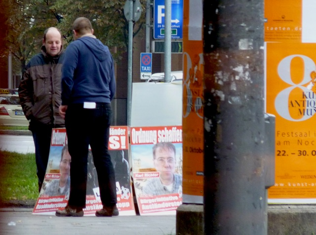Kein Interesse an den 'aktuellen Gegenwartsthemen' beim Infostand am Rosenheimer Platz.  Foto: a.i.d.a.