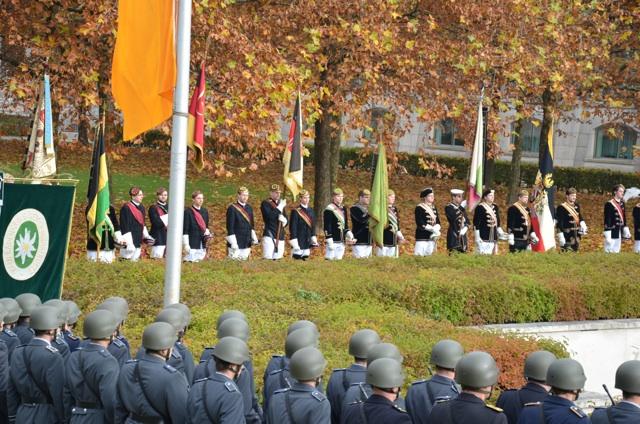 Strammstehen im Hofgarten. Burschenschafter, 'Kameradenkreis'-Fahne, Bundeswehrsoldat_innen.  Foto: Hannah Hofmann