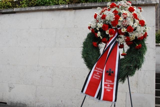 In den Reichsfarben Schwarz-Weiß-Rot: Kranz der 'Ordensgemeinschaft der Ritterkreuzträger'. Foto: Robert Andreasch