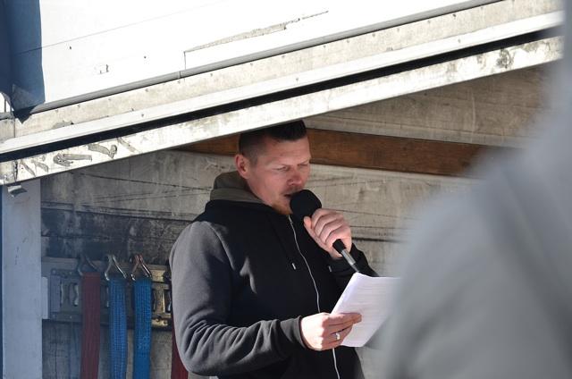 Der jüngst aus der haft entlassene FNS-Kader Matthias Fischer liest den Auflagenbescheid vor.  Foto: Timo Müller