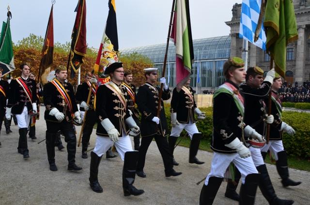 Im 'Trauerzug': Burschenschafter der 'Danubia' mit Fahne.  Foto: Hannah Hofmann