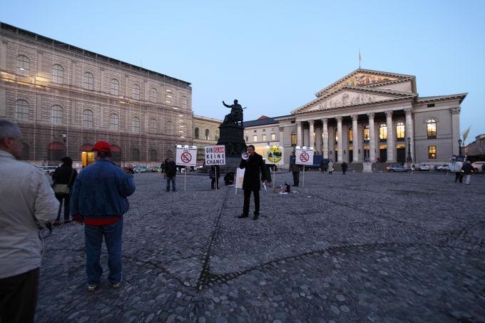 BPE-Kundgebung vor dem Nationaltheater. Foto: Linus Sparwasser