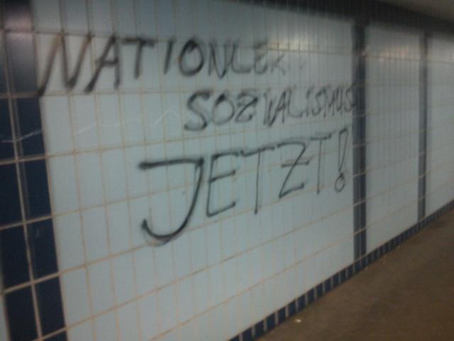 NS-verherrlichende Parole am Bahnhof Weissenburg.  Foto: a.i.d.a.