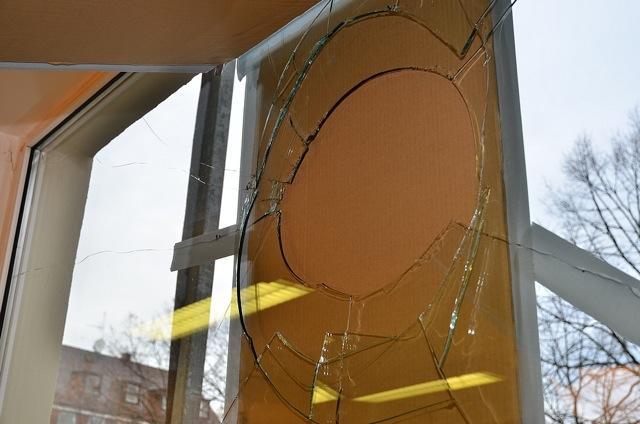 Zerstörte Scheibe des 'Komm e. V.'. Foto: Timo Mueller