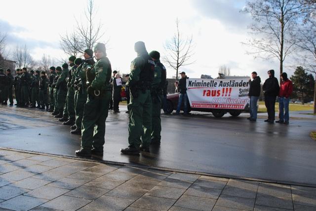 Kundgebung hinter Polizeiketten. Foto: Robert Andreasch