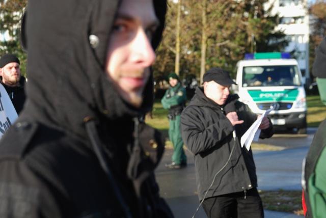 Die als Rechtsterroristen verurteilten Karl-Heinz Statzberger und Thomas Schatt (v. r.) auf der Kundgebung.  Foto: Robert Andreasch