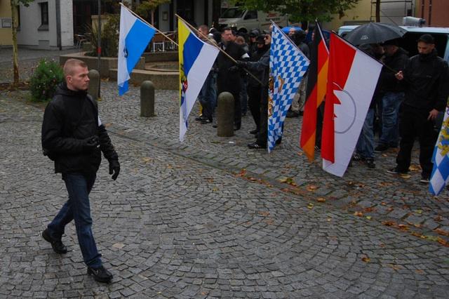 Kai Zimmermann als Ordner beim Aufmarsch am 25. September 2010 in Schwandorf.  Foto: Robert Andreasch